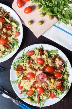 Aromatyczne farfalle na rukoli #makaron #farfalle #rucola #pomidory #szynkaparmeńska #oliwki #pesto #pasta #driedtomatoes #ParmaHam #olives