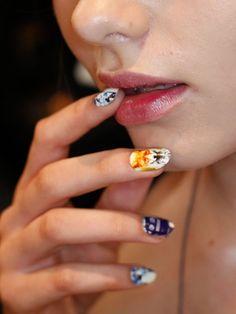 Auffälliges Nageldesign: Bunte Fotoprints zierten die Nägel der Models bei der Fashion Week in Australien.
