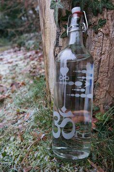 Flasche Stärke mit Om Zeichen und Kornkreis Symbol