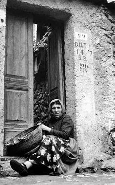 Serve aggiustare il cestino ( sa crobi  ) . BULTEI 1955 . Sul muro imbiancato con calce,appare la  data del  14 /7 /1953 riferita alla disinfestazione col DDT.