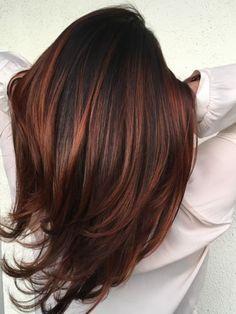 Colorare i capelli di castano e fare delle sfumature di colore rosso sul rame su alcune ciocche