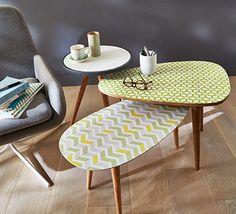 Des papiers peints motifs 70's, très tendance actuellement, donnent un tout nouveau look à des tables au look vintage. On mixe les motifs pour créer une déco personnelle et originale et on protège l'ensemble avec un vernis colle.