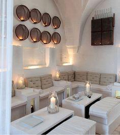 Hoteles, restaurantes, pubs… dan cada vez más importancia a los espacios que invitan al relax. Blanco total, para crear un chill out que aporta serenidad y elegancia.