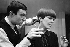 Vidal Sassoon creating the iconic bob cut for designer Mary Quant. I wore my hair like that. I had it cut at Vidal Sassoon! They call it a pixie cut, now! Mary Quant, Teddy Boys, Style Année 60, Style Icons, 1960s Style, Terry De Havilland, Hair And Makeup Artist, Hair Makeup, Santa Marina
