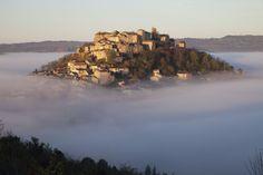 Cordes-sur-Ciel (Tarn, Midi-Pyrénées) Envuelto por un aura mística, Cordes sur Ciel es uno de esos pueblos tan turísticos que cuesta verlos sin gente. Se halla en lo alto de una loma, aunque su nombre lo sitúa sobre el cielo, al que hay que subir a pie.  JEAN-PAUL AZAM (CORBIS)