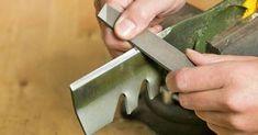 Nur wenn das Messer richtig scharf ist, entsteht beim Rasenmähen ein sauberes Schnittbild. So schärfen Sie das Rasenmähermesser Ihres Sichelmähers selbst.