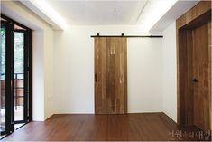 요즘, 중문(中門) : 현관 인테리어의 마침표 : 이미지 크게보기 Entrance, Divider, Room, Furniture, Home Decor, Doors, Bedroom, Entryway, Decoration Home