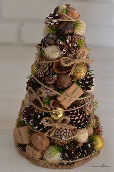 Natural Christmas Tree, Christmas Topiary, Tabletop Christmas Tree, Diy Christmas Ornaments, Diy Christmas Gifts, Christmas Projects, Christmas Wreaths, Christmas Christmas, Pinecone Christmas Crafts