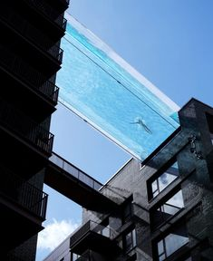 To create the effect of complete transparency, the design team settled on creating the Sky Pool from acrylic panels, which are more often used to create large tanks at aquariums. Hangzhou, Aquariums, Pool Bridge, Sky Pool, Urban Intervention, Natural Swimming Pools, Commercial Architecture, Swimming Pool Designs, London Street