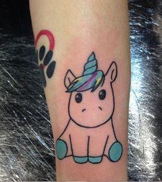 Une licorne tatouée sur l'avant-bras sous forme animée