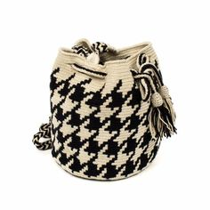 Guanábana crossbody bag invite us to travel every collection. This bag has been hand-crocheted by Colombia's Wayuu artisans and finished with  pompoms, and a gold plated tag with our brand nameand the words BE POSITIVE. Fasten the drawstring top to keep  everything in place.