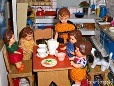 The Ari family are having breakfast.  #aridoll #aridolls #ari #jason #jasondolley #jasondolleylove #lovejason #dollhouse #dollhousegirls #dollsinterior #dockskap #dockskåp #puppenhaus #puppenmädchen #dukkehus #dukkehusdukker #dukkehusmøbler #dukkehusleg #nostalgictoys #nostalgisklegetøj #tinydolls #doll #playing