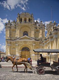 Carruaje frente Iglesia de San Pedro y Plaza Tanques La Union - La Antigua Guatemala | suchitoto.tours@gmail.com