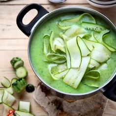 Zucchini soup with zucchini tagliatelle. (in Polish) Vegan Soup, Healthy Soup, Healthy Cooking, Healthy Eating, Zuchinni Recipes, Zucchini Soup, Vegan Recipes, Hot Soup, Pasta