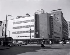 This May 1957 image shows the Woolworth's at Fifth and Broad streets in downtown… Bags Online Shopping, Discount Shopping, Online Bags, Handbag Online, Confederate States Of America, Old Dominion, Stylish Handbags, Madison Avenue, Richmond Virginia