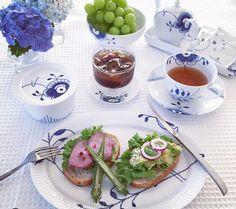 Breakfast in the sun Swedish Interior Design, Swedish Interiors, Scandinavian Food, Blue Pottery, Royal Copenhagen, Porcelain Dinnerware, Drinking Tea, I Love Food, Wine Recipes