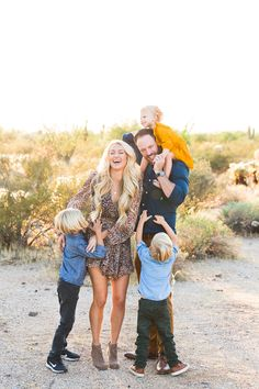 Fall Family Picture Outfits, Family Portrait Outfits, Summer Family Pictures, Family Picture Poses, Fall Family Photos, Family Outfits, Family Posing, Christmas Pictures, Outfits For Family Pictures