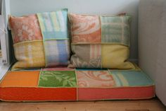 zithoekje voor de kinderen: matrasje bekleed met retro wollen dekens. Hebben&Houden via metdehand.nl