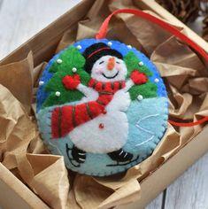 Snowman Christmas Ornaments, Snowman Decorations, Handmade Christmas Decorations, Snowman Ornaments, Holiday Crafts, Christmas Felt Crafts, Beaded Ornaments, Homemade Christmas, Felt Snowman