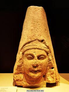 Cabeza de mujer del conjunto hallado en el Santuario del Cerro de Los Santos. Piedra caliza.  Head of a woman, found in the Sanctuary of Cerro de Los Santos. Limestone