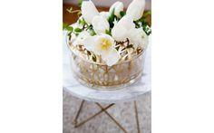 """Vasen """"Äng"""" från Klong har en insats av mässing som ger stöd åt din bukett."""