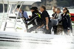 ニュージーランド・オークランド(Auckland)の港から近くのマリーナへボートで移動する英国のウィリアム王子(Prince William、左)とキャサリン妃(Catherine, Duchess of Cambridge、左から2人目、2014年4月11日撮影)。(c)AFP/DEAN PURCELL ▼11Apr2014AFP|英王子夫妻がヨット対決、勝者はキャサリン妃 NZ http://www.afpbb.com/articles/-/3012409 #Auckland #WaitemataHarbour #PrinceWilliam #Catherine #DuchessofCambridge