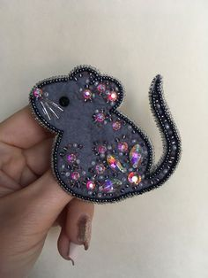 things to embroider Brooch Felt Embroidery, Bead Embroidery Jewelry, Fabric Jewelry, Beaded Jewelry, Felt Patterns, Beading Patterns, Brooches Handmade, Handmade Jewelry, Mouse Crafts