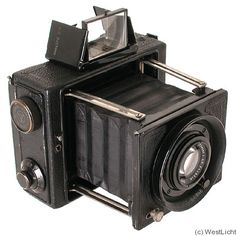 WIth the increase in free time and ease of finding products, plus the possibility of cheap manufacturing, anyone could buy and use a camera! This device was invented and used by pros and commonfolk alike thanks to inexpensive manufacturing.  People could spend time photographing nearly anything. Box Camera, Camera Watch, Camera Gear, Antique Cameras, Old Cameras, Vintage Cameras, Photo Deco, Photography Camera, Vintage Photography