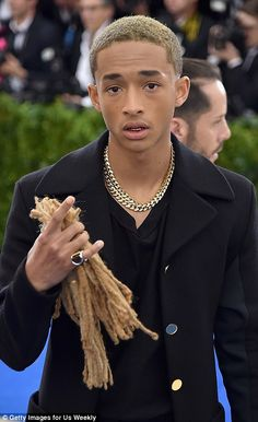 Jaden Smith Now that's a plus on! Jaden Smith bought his newly shorn dreads as his 'date' to the star-studded gala Millie Bobby Brown, Jaden Smith Fashion, Willow And Jaden Smith, Shay Mitchell, Celebs, Celebrities, Pretty Boys, Pretty People, Beautiful Men