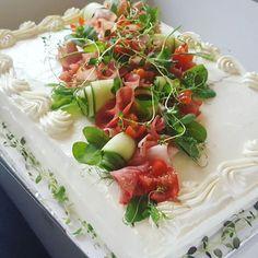 #kinkkuvoileipäkakku #lihavoileipäkakku #voileipäkakku #sandwichcake #kotileipomo Garnishing, Sandwich Ideas, Pasta Salad, Sandwiches, Entertainment, Birthday, Ethnic Recipes, Food, Kids Part