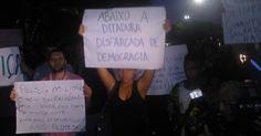 14/06/13 - Cerca de 200 manifestantes fazem novo protesto na região da avenida Berrini, zona sul de SP, nesta sexta-feira, contra o aumento da passagem de ônibus, trens e metrô em SP. O valor da passagem passou de R$ 3 para R$ 3,20. O quarto dia de protestos na cidade foi considerado o mais violento. Mais de 200 pessoas foram detidas e houve vários registros de agressão policial frente aos manifestantes, jornalistas e transeuntes Marivaldo Carvalho/UOL