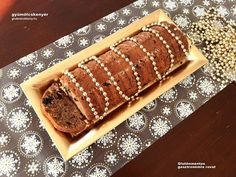 Diós gluténmentes gyümölcskenyér rizslisztből, laktóz nélkül. A gyümölcskenyér régen böjti süteményként készült, a mai porcukorral borított változata egyáltalán nem hasonlít elődjére.