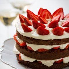Suklaa-mansikkakakku   Kaunis kakku kruunaa kahvipöydän.
