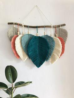 Macrame Wall Hanging Patterns, Macrame Patterns, Embroidery Floss Crafts, Yarn Wall Art, Macrame Design, Macrame Tutorial, Macrame Projects, Weaving Art, Yarn Crafts