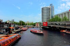 Next to the bicycle garage near Amsterdam central station you can enter the hop-on hop-off canal cruises. If you want to know more about canal cruises in Amsterdam go to: https://www.meetthecities.com/guide/amsterdam/amsterdam-activities-canal/