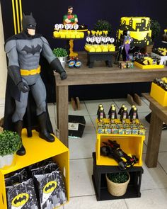 "57 Likes, 1 Comments - Bruna Quelhas (@bruna_quelhas) on Instagram: ""Batmannnnn #festapersonalizada #batmanparty #decoracaobatman #mesadecorada #brunaquelhas"""