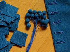 Vanhanaikaiset: Nappeja. Buttons. Making self stuffing buttons from wool fabric