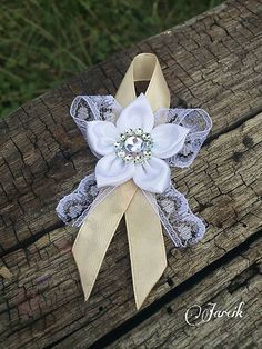 jarcik / Veľké pierka {Ivory-white-silver} Ribbon Art, Diy Ribbon, Ribbon Crafts, Flower Crafts, Flower Garland Wedding, Rustic Wedding Flowers, Diy Hair Accessories, Wedding Accessories, Handmade Flowers