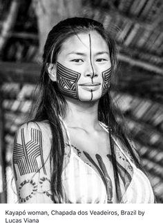 Kayapó body paint, Chapada dos Veadeiros, Brazil, pinned by Anika Schmitt Beautiful World, Beautiful People, Xingu, Arte Tribal, Tribal People, Beauty Around The World, Native American Women, Interesting Faces, People Around The World