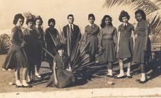 Professor Antonio Munhoz Lopes e alunas do Colégio Amapaense, na Praça da Bandeira