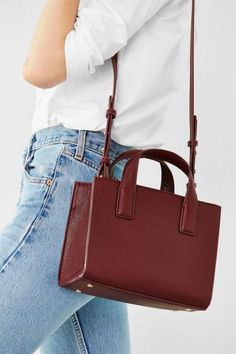 Simple outfit with a cool timeless burgundy shoulderbag.
