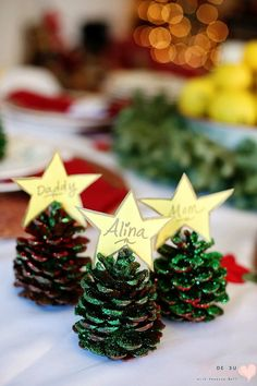 pinecone Christmas Crafts Pinecone Crafts: Glitter Name Cards for Christmas Table Christmas Table Centerpieces, Christmas Favors, Christmas Crafts For Kids To Make, Christmas Activities, Simple Christmas, Kids Christmas, Christmas Ornaments, Christmas Tables, Pinecone Ornaments