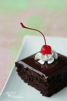 Tarta de chocolate sencilla de hacer , podrias comerla cuando tu quieras podria ser en un dia de verano e otoño invierno no hay nada mas rico que el coholate...   -Michelle Hdez.