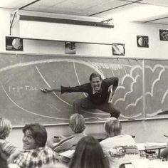 Um professor da Califórnia ensinando a física de surfar, 1970.