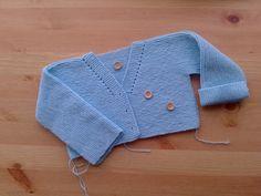 Como hacer una chaqueta para bebé – El castillo de lana Baby Cardigan, Cardigan Bebe, Baby Pullover, Baby Knitting, Crochet Baby, Patron Crochet, Pull Bebe, Heirloom Sewing, Sewing Basics