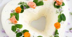 Kaunis, yksinkertainen, sydämenmallinen lohivoileipäkakku. Ihana juhlapöydän tarjottava. Ja mielettömän herkullinen!   Suolaisten tarjott...