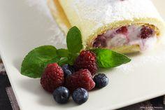 Tronchetto soffice con gelato allo yogurt e frutti di bosco.