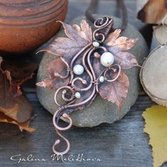 Pendant with live leaf of Viburnum and river pearls Metal Clay Jewelry, Copper Jewelry, Wire Jewelry, Jewelry Crafts, Jewelry Art, Beaded Jewelry, Jewelry Ideas, Jewlery, Wire Necklace