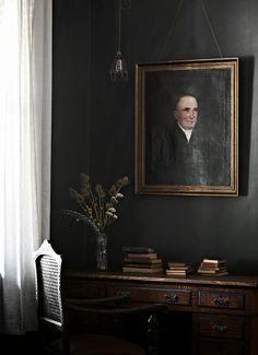 Black Decor | A fabulous grey Australian holiday home. Tracie Ellis.