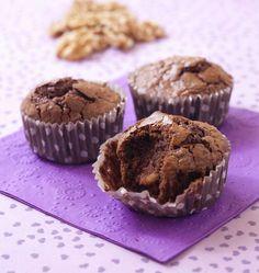 Que ce soit pour le goûter des enfants ou des grands, ces muffins aux noix et chocolat noir, faits à base de farine complète, seront parfaits pour faire le plein d'énergie et s'accorder une pause gourmande.